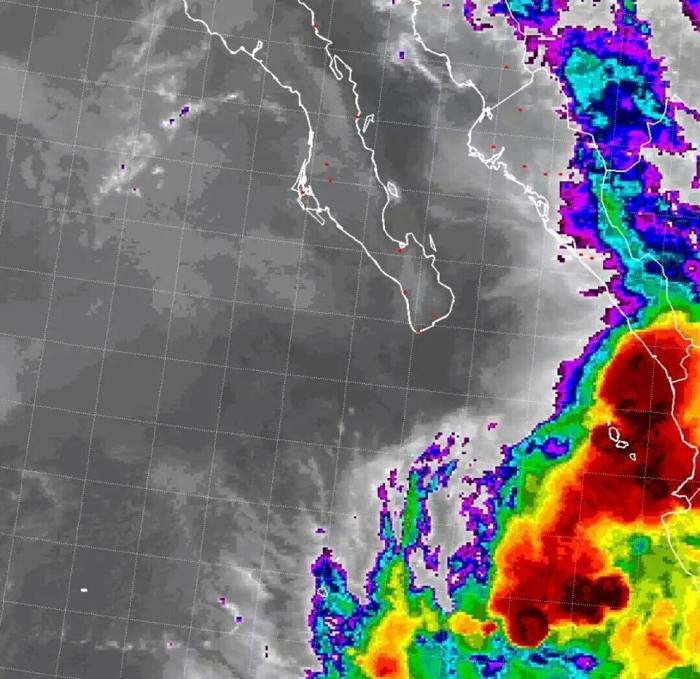 Satélite infrarrojo muestra la temperatura de las nubes en colores fuertes, entre más claro el color rojo (frío) más potencial de lluvia y viento. GOES-15.