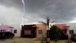 Rayo en la colonia Costa Dorada, San José del Cabo, BCS. Crédito Richard Villalobos